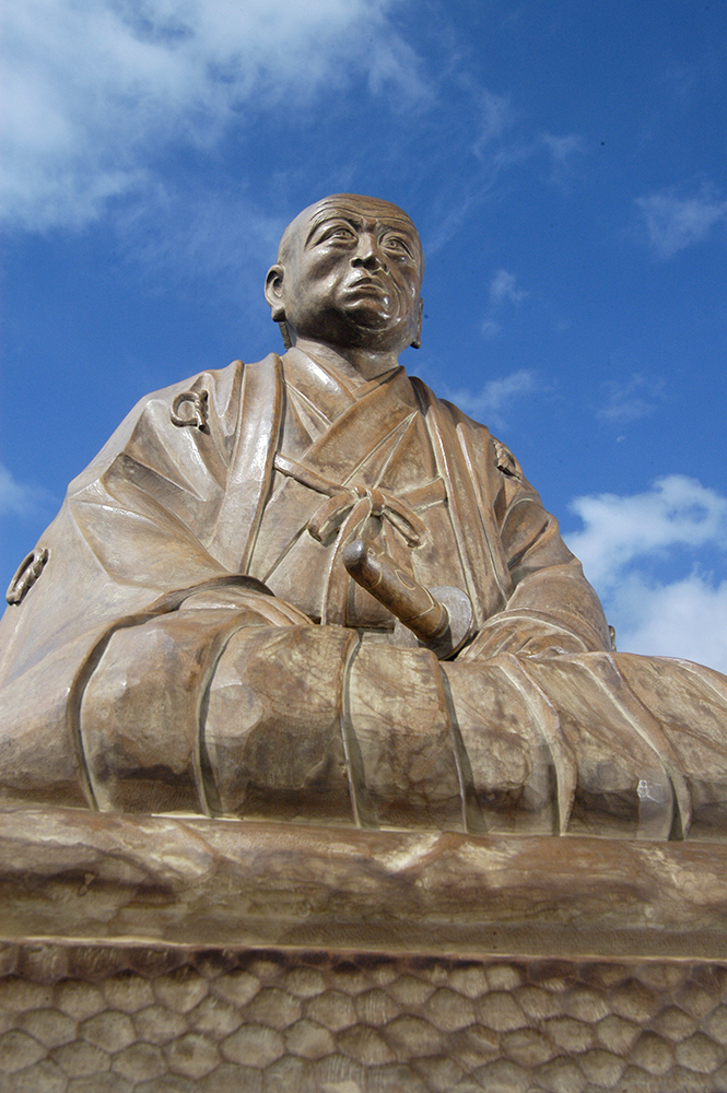 華岡青洲の像